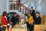 Education Union of Vietnam presents gifts to disadvantaged households at SFL-TNU